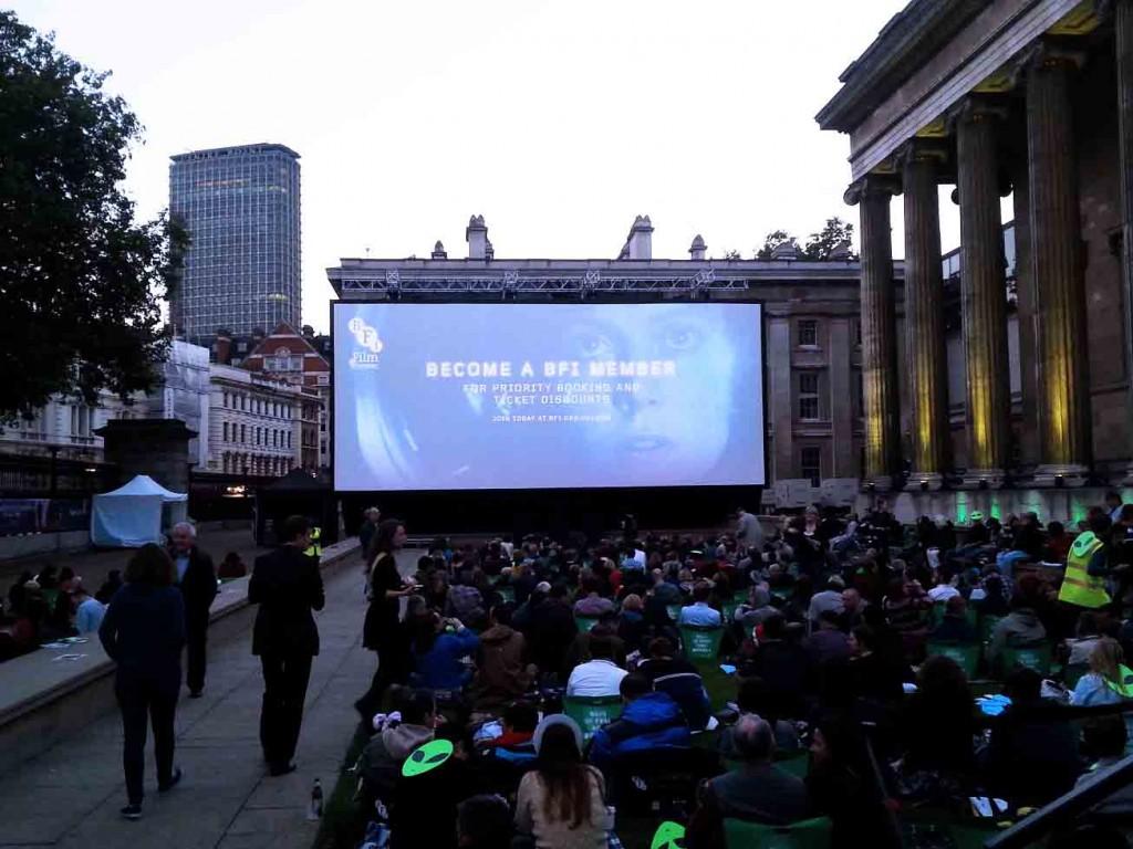 cine en pantalla gigante en el jard n del museo britanico